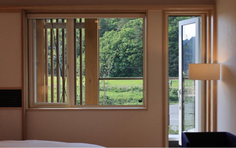 写真:A-TYPE室内、外へ通じる窓と扉