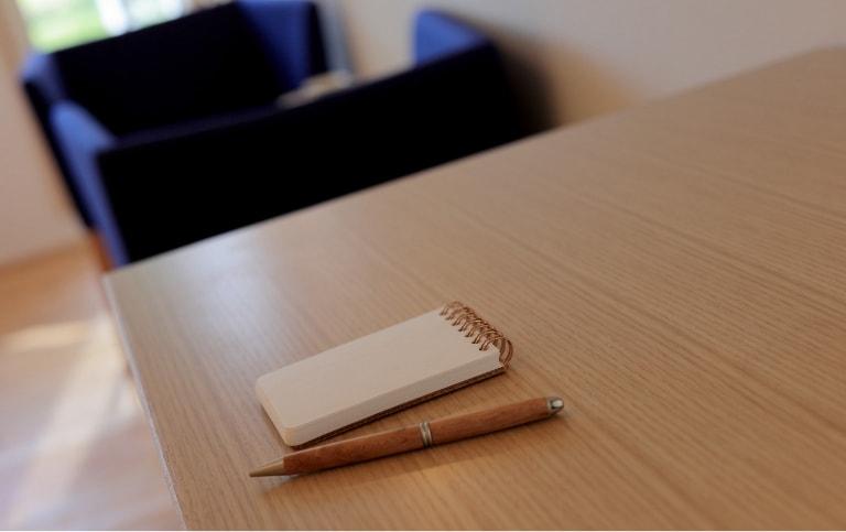 写真:A-TYPE室内、無垢材を使用した家具とステーショナリー