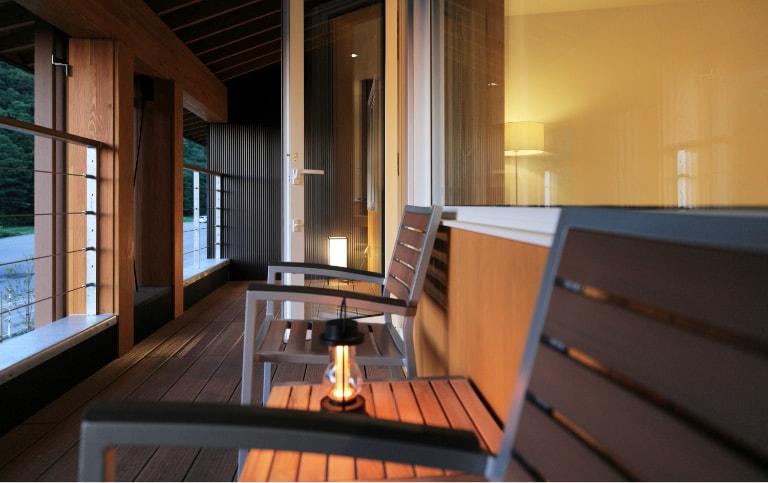 写真:C-TYPE室外、ベンチ付きバルコニー