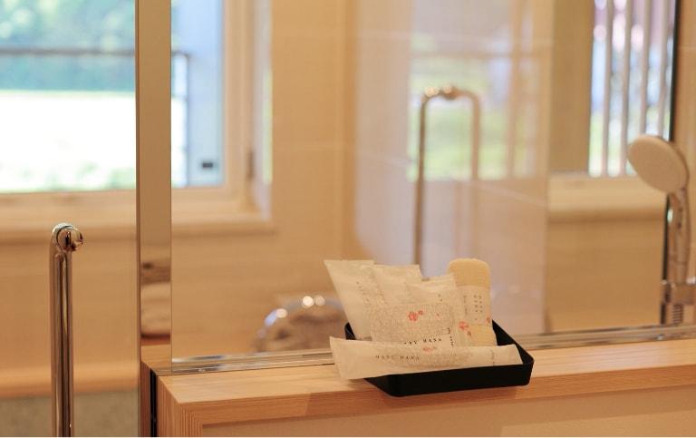 写真:C-TYPE室内、源泉かけ流し温泉風呂