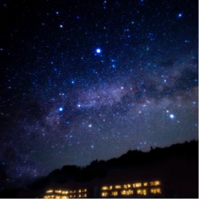 写真:ホテル内観 星空のような照明
