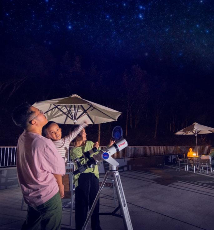 写真:天体観測をするご家族連れ